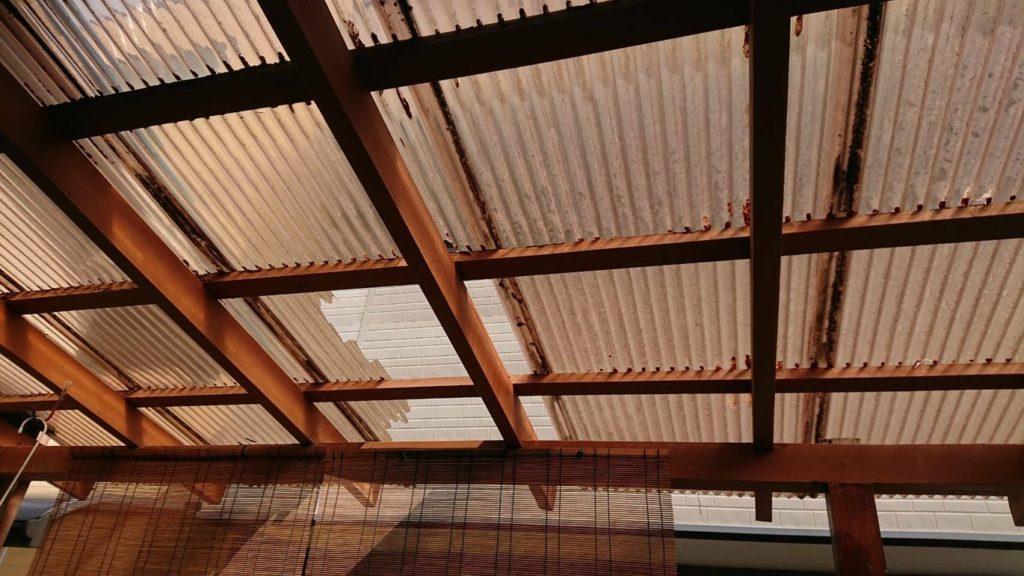 破損したポリカーボネート屋根