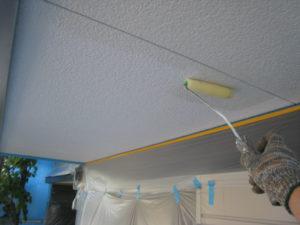 軒天の手塗り作業