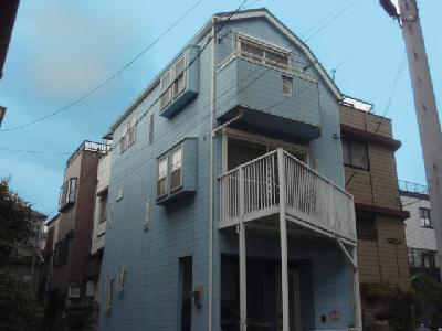 水色の外壁の住宅