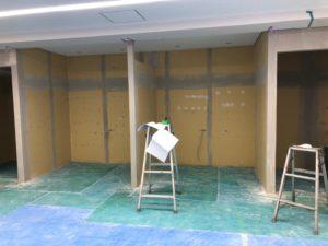室内ブースの壁塗装