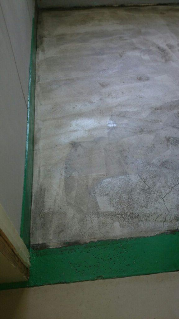 床塗装の下塗りが完成