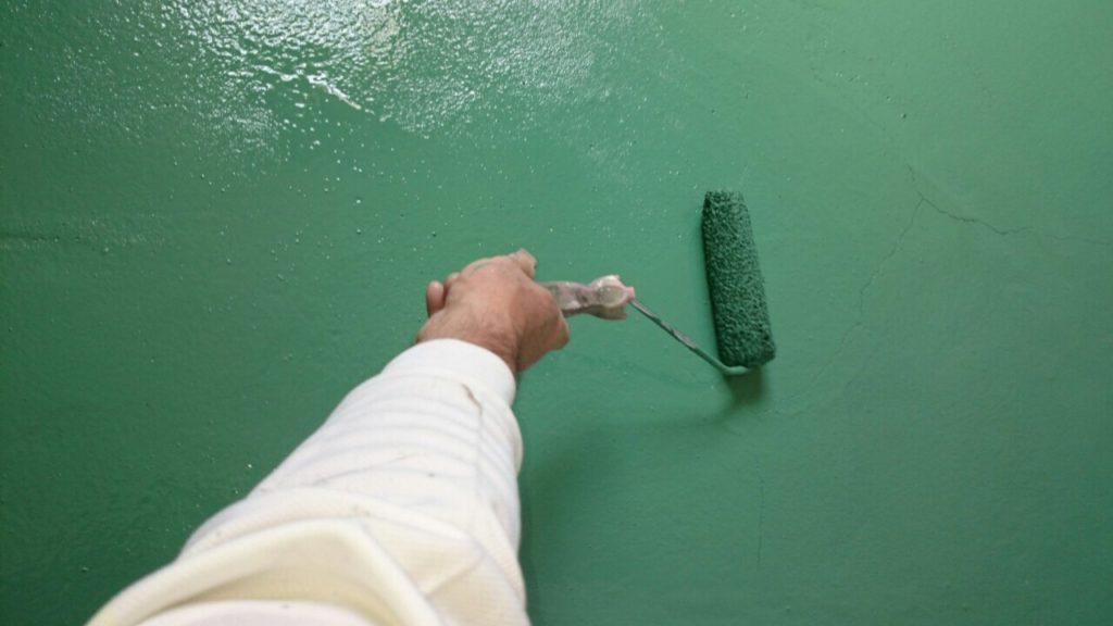 工場床の上塗り作業