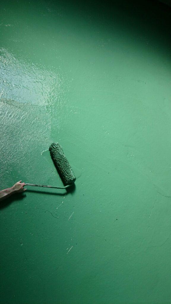 工場床の中塗り作業