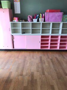 保育園の内装 収納棚の塗装