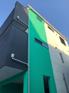 緑色の外壁