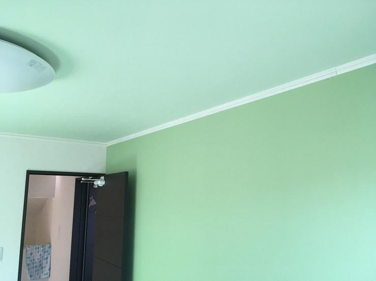 緑色の壁と天井クロス